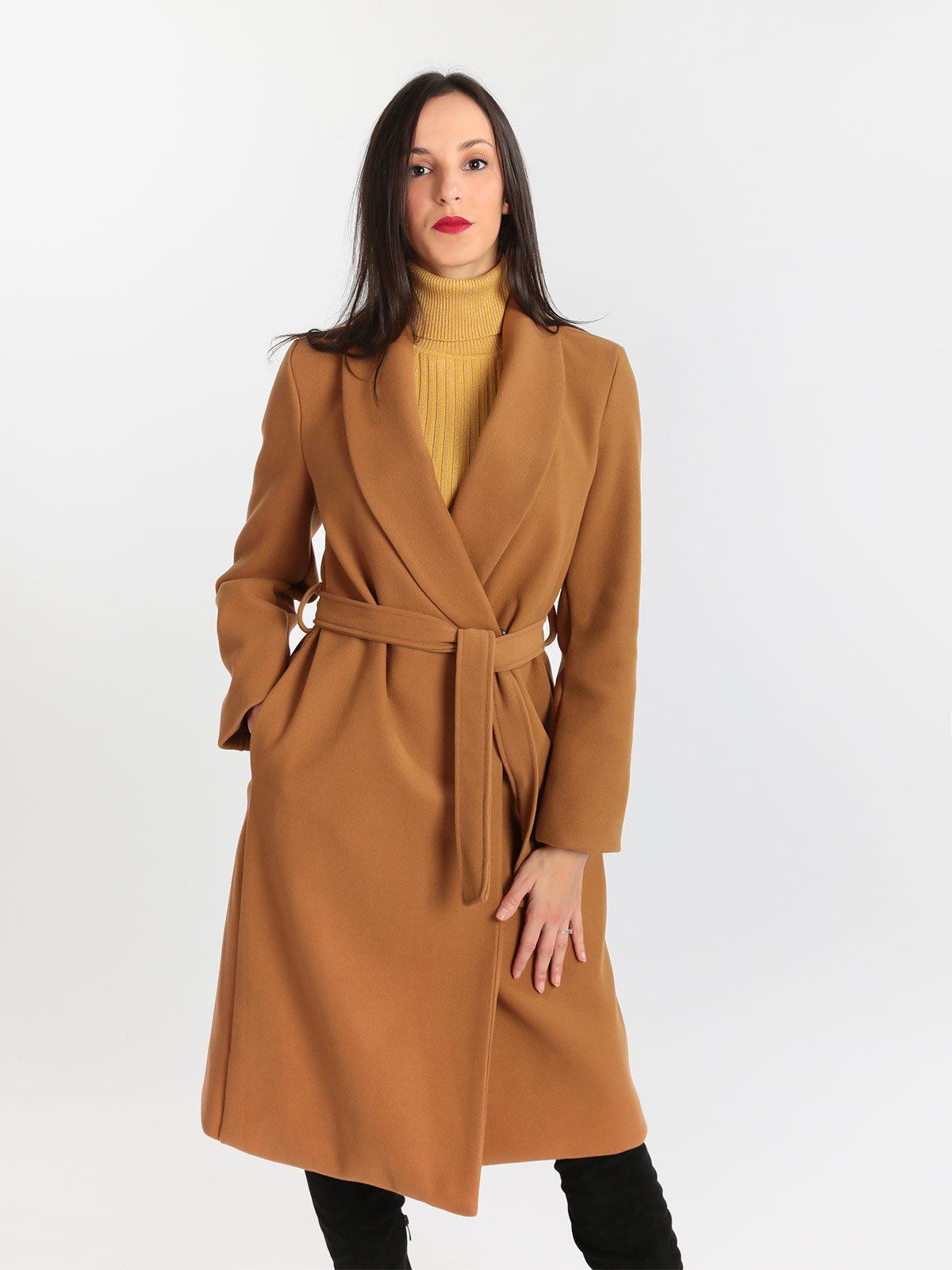 Bellissimo abito lungo con cappotto lungo. Stivali e borsa