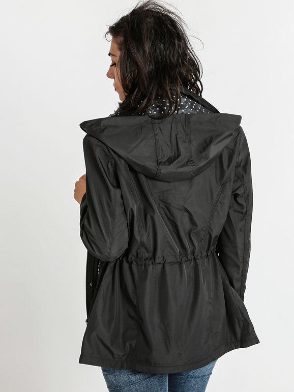Giacca a vento nera con cappuccio
