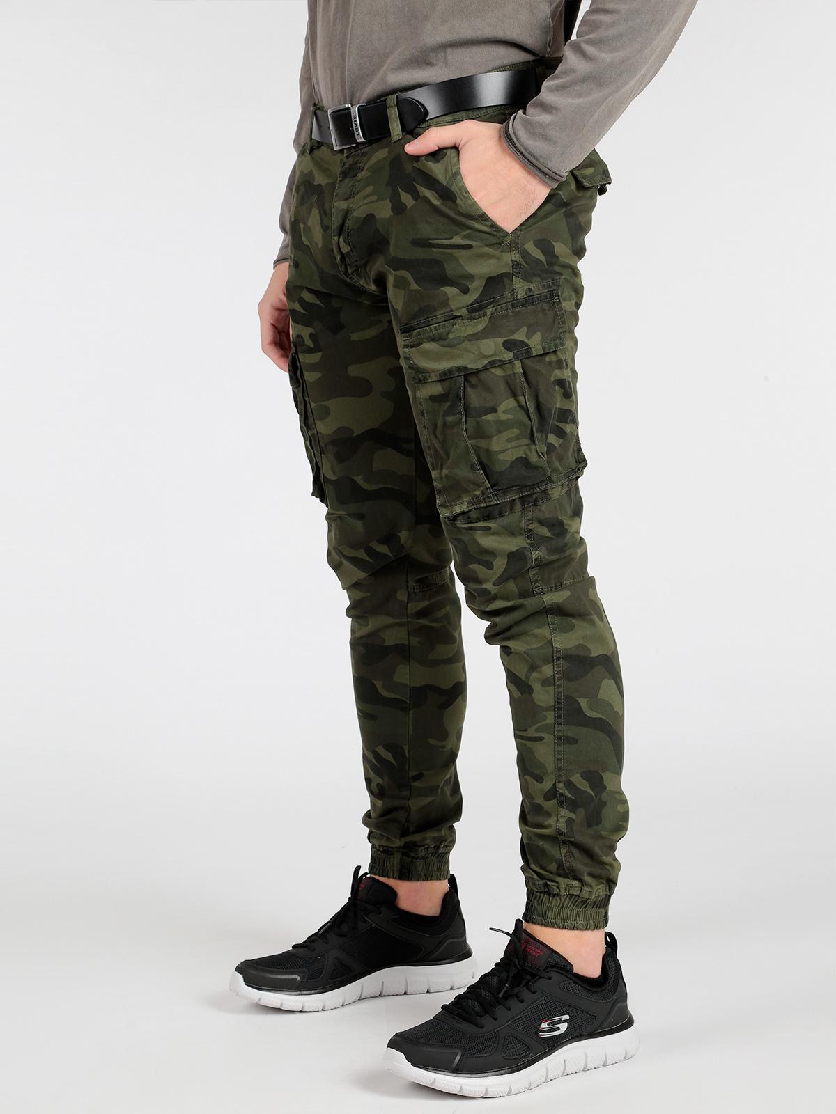 Pantaloni cargo con polsini e stampa mimetica solada